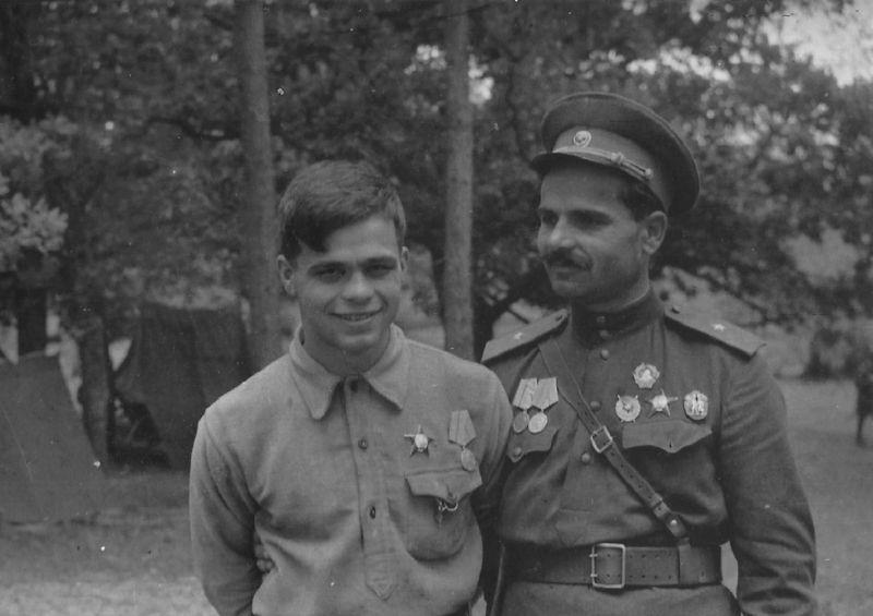 Комиссар 1-й Украинской партизанской дивизии генерал-майор Семен Руднев с сыном Радием. 1943 г.