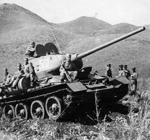 Танкисты преодолевают хребет Большой Хинган. Маньчжурия. Август 1945г.