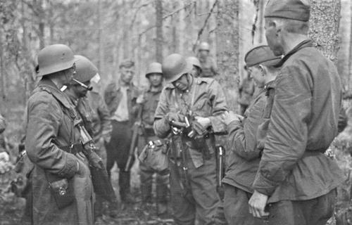 Офицер финской армии допрашивает пленных красноармейцев. 11 сентября 1941 г.