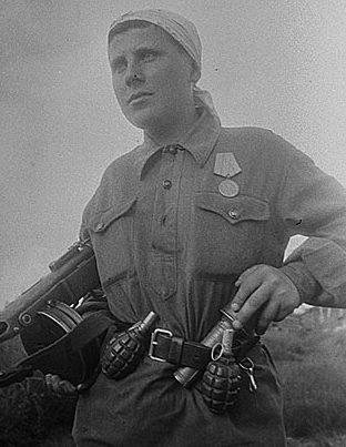 Партизанка Мария Кузьмина, организовала взрыв двух мостов, пустила под откос 4 эшелона, захватила «языка». 1943 г.
