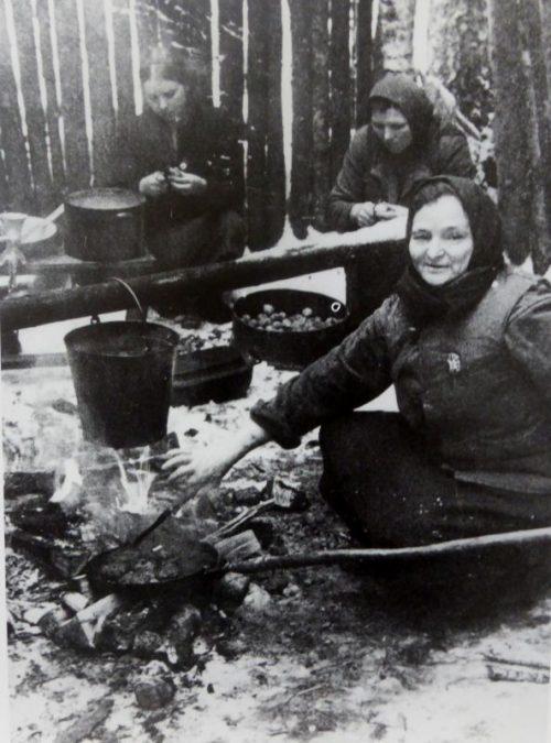 Женщины-партизанки готовят обед для Черниговского партизанского отряда. 1943 г.