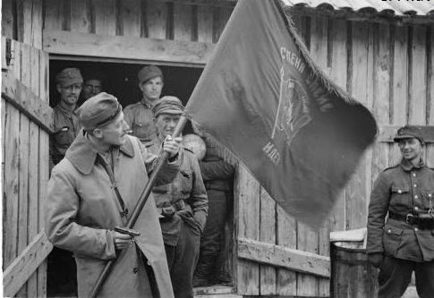 Финский офицер демонстрирует советский флаг, захваченный у Рукаярви. 12 сентября 1941 г.