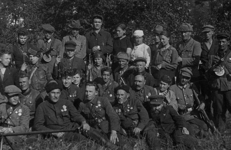 Командир Сумского партизанского соединения Сидор Ковпак в окружении соратников. 1943 г.