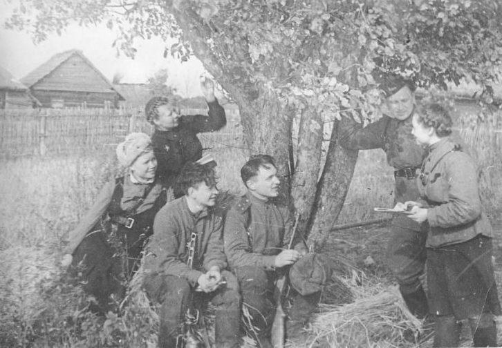 Комиссар 2-й Ленинградской партизанской бригады Василий Ефремов с партизанами в деревне Давыдово 1943 г.