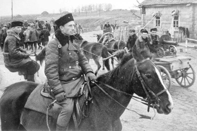 Партизанский отряд на окраине деревни в Брянской области. 1943 г.