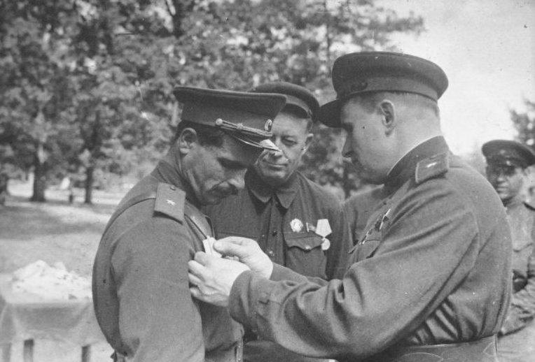 Начальник штаба украинского партизанского движения генерал-майор Тимофей Строкач награждает комиссара 1-й Украинской партизанской дивизии генерал-майора Семена Руднева. 1943 г.