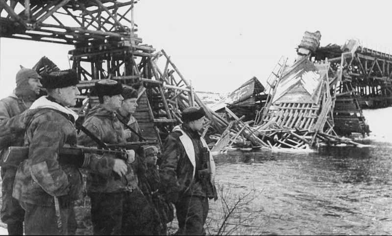 Группа подрывников из партизанского отряда имени Хрущева у взорванного моста на Украине. Январь 1944 г.