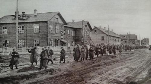 Финны в Пряже сопровождают советских военнопленных. Сентябрь 1941 г.