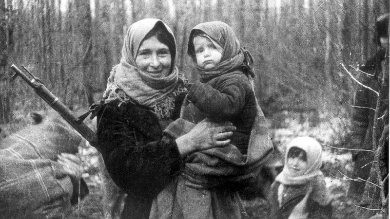 Партизанка Алена Атаман с дочерью Марусей на руках. Калинковичский район, январь 1944 г.