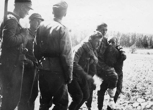 Советские военнопленные с раненым товарищем. Сентябрь 1941 г.
