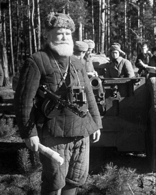 Комиссар артиллерии Сумского партизанского соединения Алексей Ильич Коренев возле 76-мм полковой пушки. 2 апреля 1944 г.