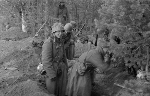 Пехотинцы окапываются в Кентярви. 9 октября 1941 г.