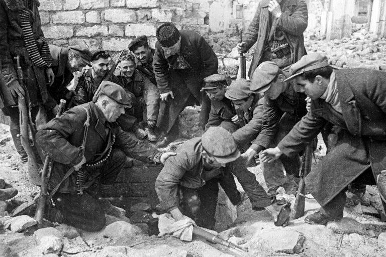 Партизаны выходят из катакомб в освобожденной Одессе. 10 апреля 1944 г.