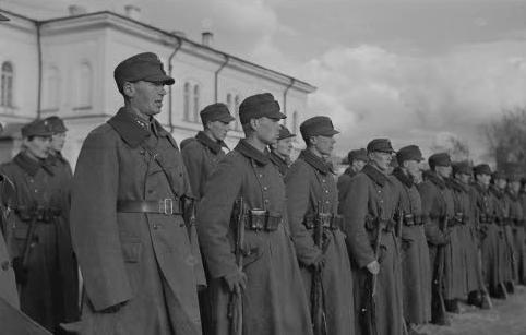 Финские солдаты поют гимн. Петрозаводск, 10 октября 1941 г.