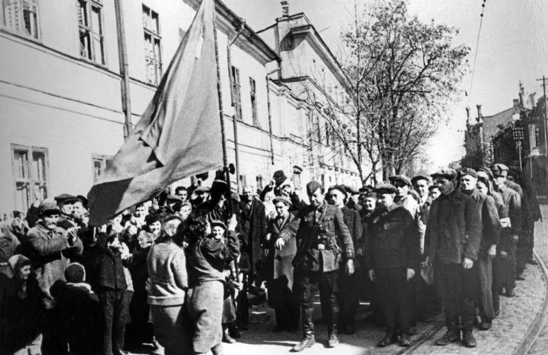Жительницы Одессы вручают красное знамя партизанскому отряду, вошедшему в город. Знамя они хранили два с половиной года в период немецкой оккупации. Апрель 1944 г.