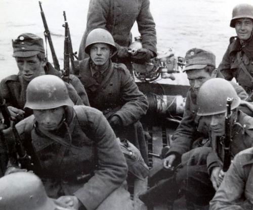 Финны переправляются через реку Свирь. Октябрь 1941 г.