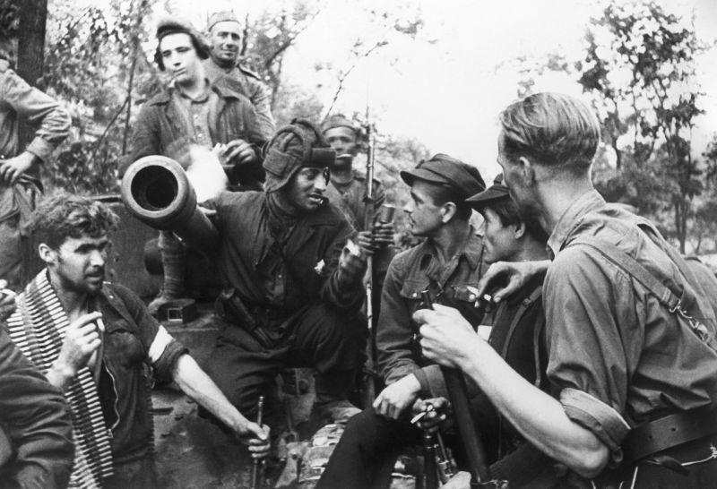 Литовские партизаны общаются с экипажем советского танка «Валентайн»-IX в освобожденном Вильнюсе. 17 июля 1944 г.