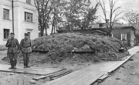 Финские солдаты у советского ДОТа в Петроской, после взятия города. Октябрь 1941 г.