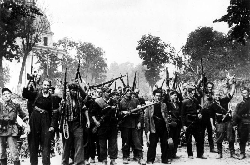 Литовские партизаны, освобождавшие от захватчиков Вильнюс вместе с красноармейцами. Июль 1944 г.