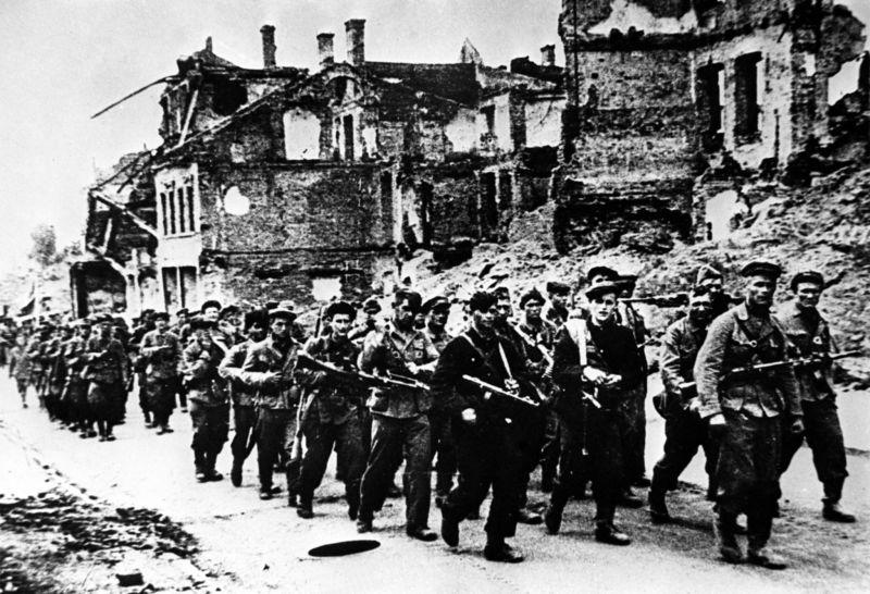 Бойцы партизанского отряда вступают в освобожденный Минск. Июль 1944 г.