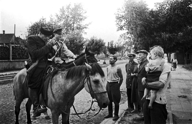 Конные партизаны беседуют с жителями освобожденного белорусского города. 1944 г.