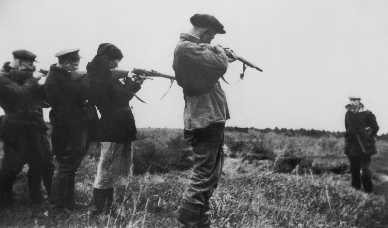 Советские партизаны расстреливают предателя. 1944 г.
