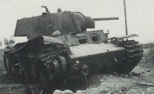Разрушенный танк КВ-1 по дороге в Сиамяярви в Олонецкой Карелии. Осень 1941 г.