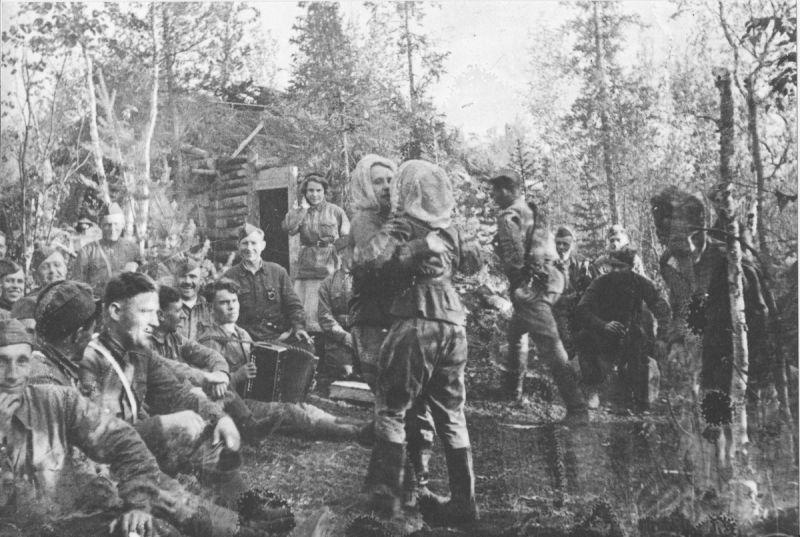 Партизаны отряда «Большевик Заполярья» в часы отдыха на базе. 1944 г.