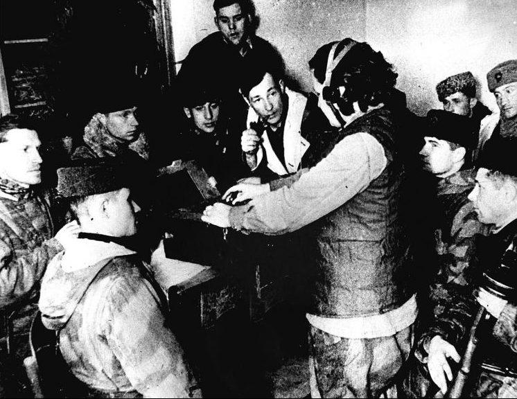 Партизаны слушают радиосводку. 1944 г.