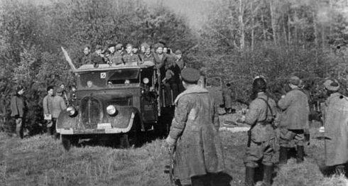 Партизаны 2-го отряда Северного соединения перед отправлением на боевую операцию. 1944 г.