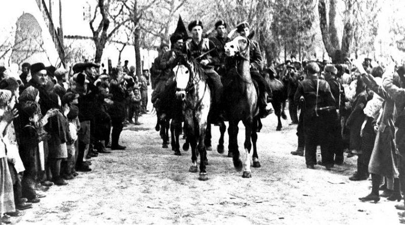 Жители освобожденного Бахчисарая приветствуют партизан, 1944 г.