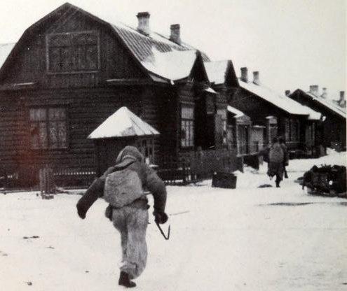 Финские солдаты в Медвежьегорске в день его захвата. 6 декабря 1941 г.