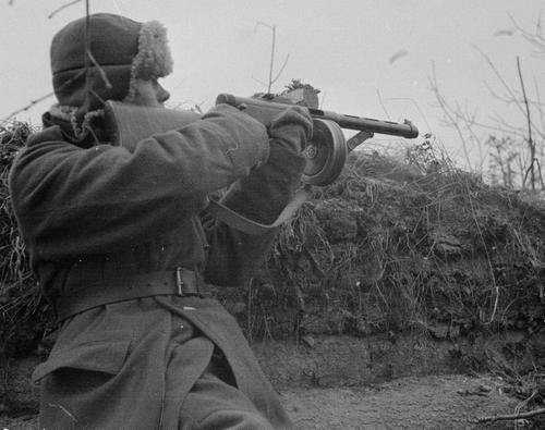 Солдат во время боя у реки Свирь. 12 ноября 1941 г.