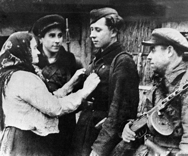 Жительница деревни Демидовщина провожает сына Семена и внуков Василия и Петра на боевое задание. 1944 г.