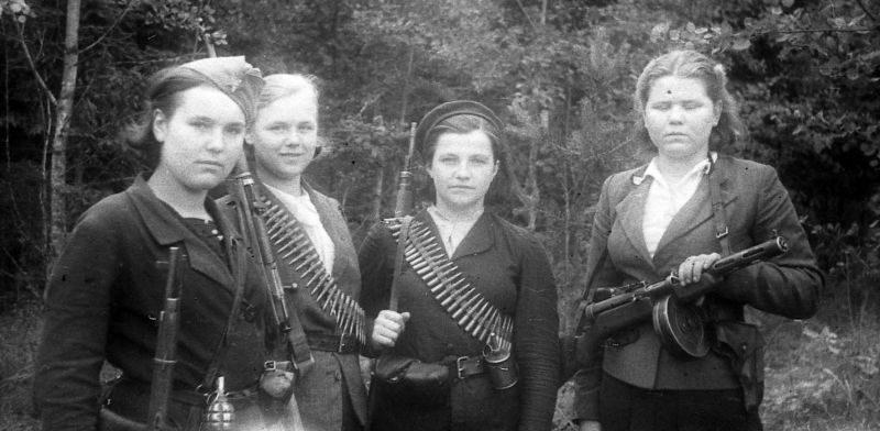 Девушки бойцы белорусского партизанского отряда с личным оружием. 1944 г.