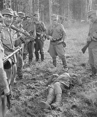 Финские солдаты над павшим советским солдатом. 1941 г.