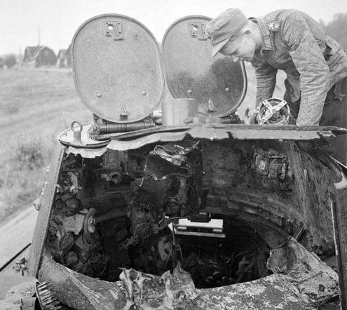 Финский солдат осматривает разрушенный советский БТ-7. 1941 г.