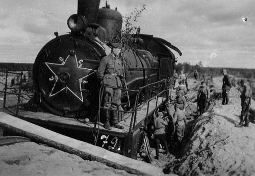 Финские солдаты у захваченного советского поезда. 1941 г.
