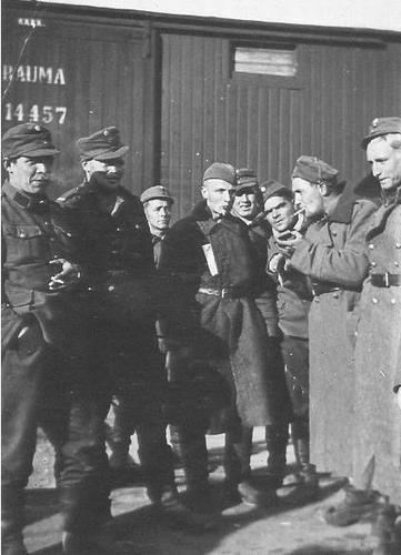 Советские военнопленные на перекуре. 1941 г.