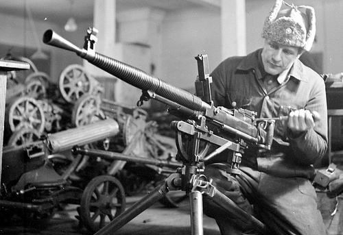 Финский военный техник ремонтирует захваченный советский пулемет. 1941 г.