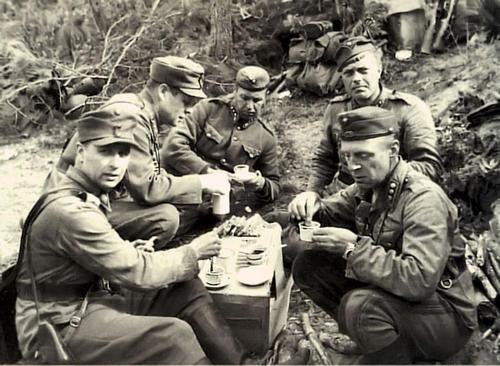 Финские офицеры отдыхают. Эйрапяя, 1941 г.