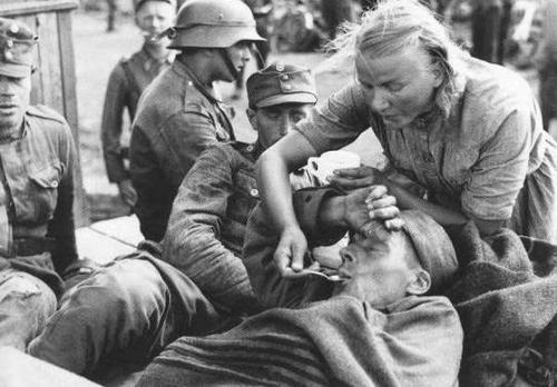 Служащая «Лоты Свярд» заботится о раненом солдате. Кестинки, 1941 г.