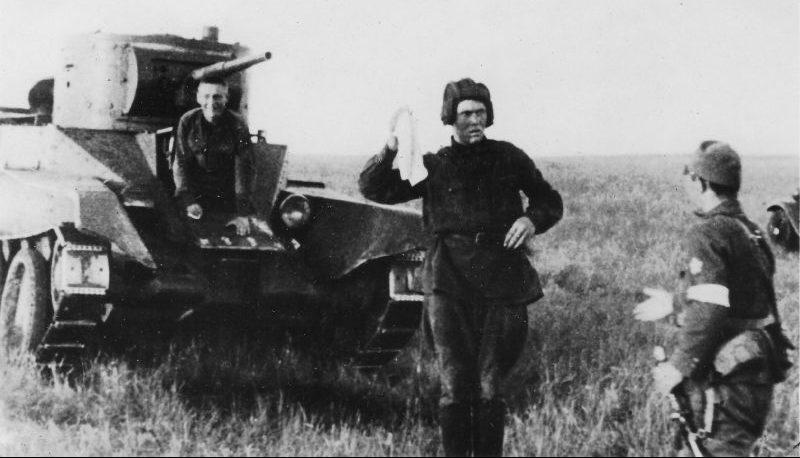 Экипаж танка БТ-5 сдается в плен. Пропагандистское фото. Халхин-Гол, июль 1939 г.