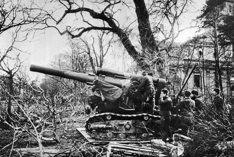 Расчет советской 203-мм гаубицы Б-4 в пригороде Данцига.