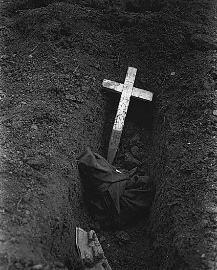 Эксгумация обугленных останков сожженных американцев. 20 марта 1945 г.