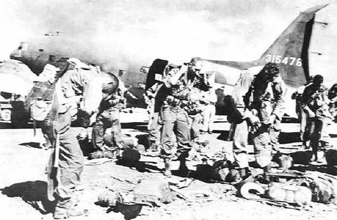 Десантники перед вылетом в Лос-Баньос.