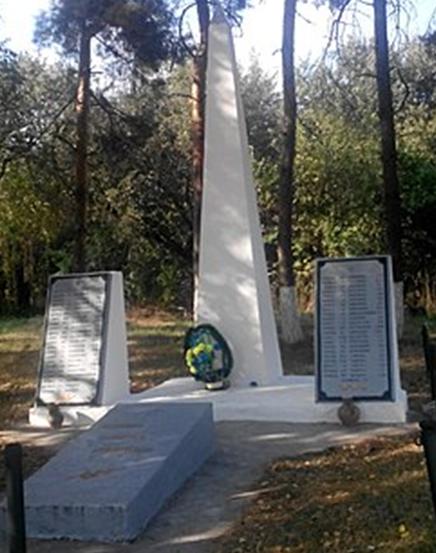 с. Гаевщина Лохвицкого р-на. Памятник, установленный в 1967 году в честь погибших воинов-земляков.