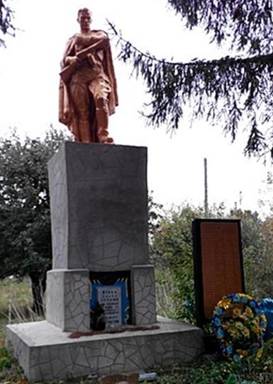 с. Долинка Лохвицкого р-на. Памятник, установленный в 1957 году на братской могиле советских воинов и памятный знак павшим воинам-землякам.