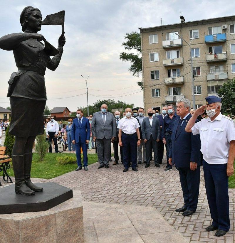 Памятник военным регулировщицам.
