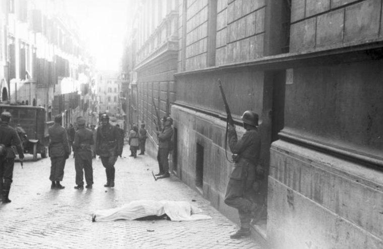 Тело погибшего мирного жителя на улице Разелла, после партизанской акции. 23 марта 1944 года.